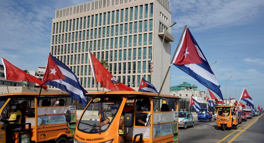 Caravana organizada pela União da Juventude Comunista cubana passa pela embaixada dos EUA em Havana, Cuba, 5 de agosto de 2021