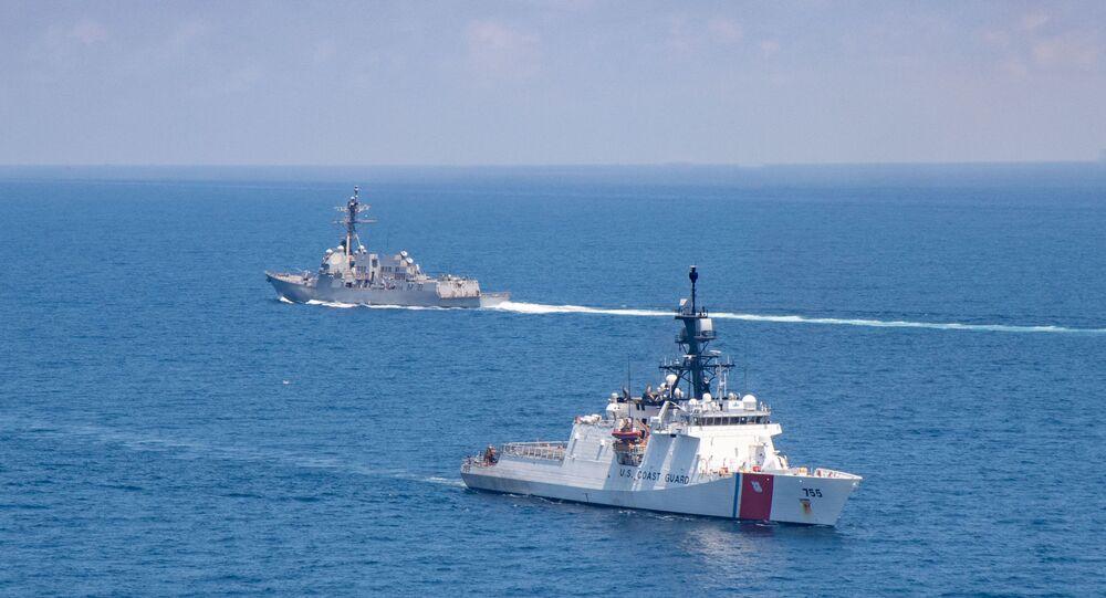 USS Kidd, destróier de mísseis guiados da classe Arleigh Burke, e Munro, navio da Guarda Costeira dos EUA, transitam pelo estreito de Taiwan em 27 de agosto de 2021
