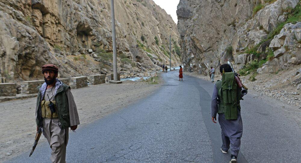 Membros de movimento de resistência afegão anti-Talibã (organização terrorista proibida na Rússia e em vários outros países) patrulha ao longo de estrada em Rah-e Tang, província de Panjshir, Afeganistão, 29 de agosto de 2021