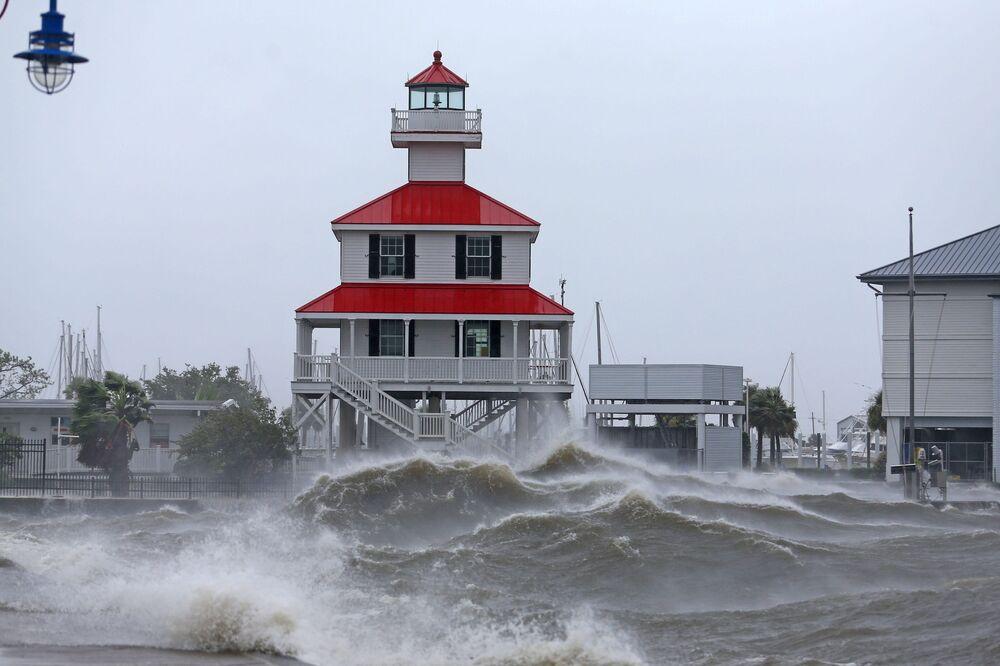 Ondas batem contra o Novo Farol do Canal no lago Pontchartrain na sequência do furacão Ida no estado de Louisiana, EUA, 29 de agosto de 2021