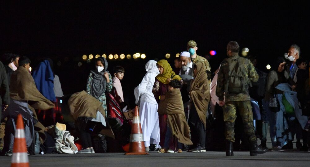 Pessoas evacuadas do Afeganistão chegam ao Aeroporto Internacional de Pristina, Kosovo