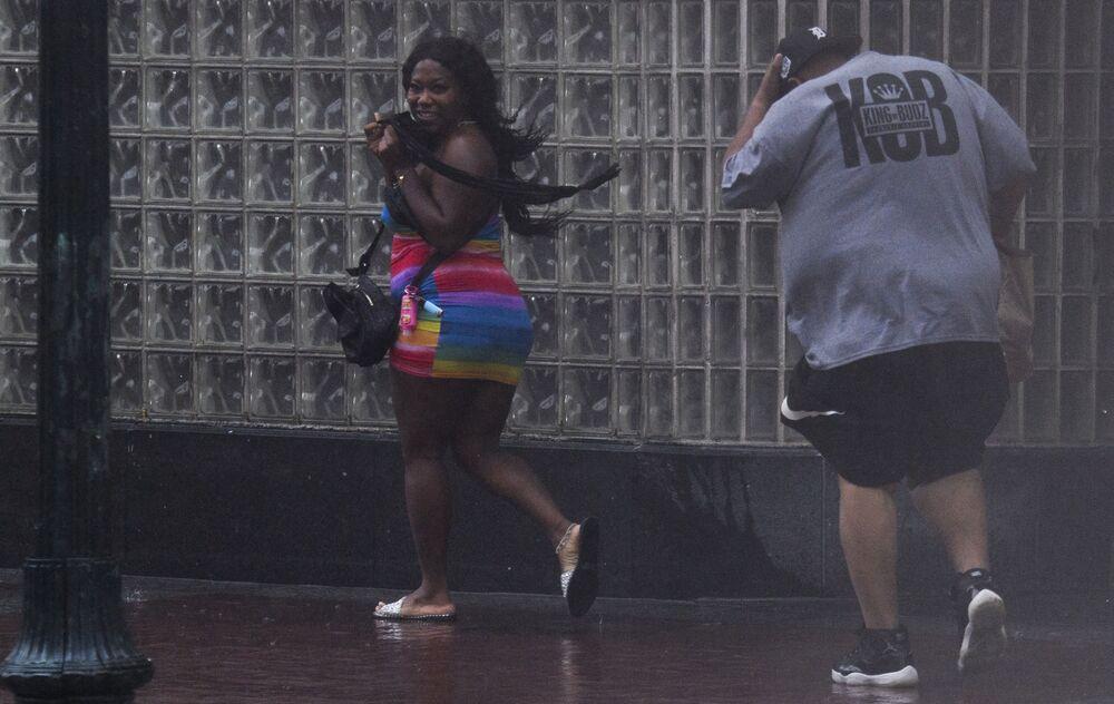 Pessoas na rua durante o furacão Ida no estado da Louisiana, EUA, 29 de agosto de 2021