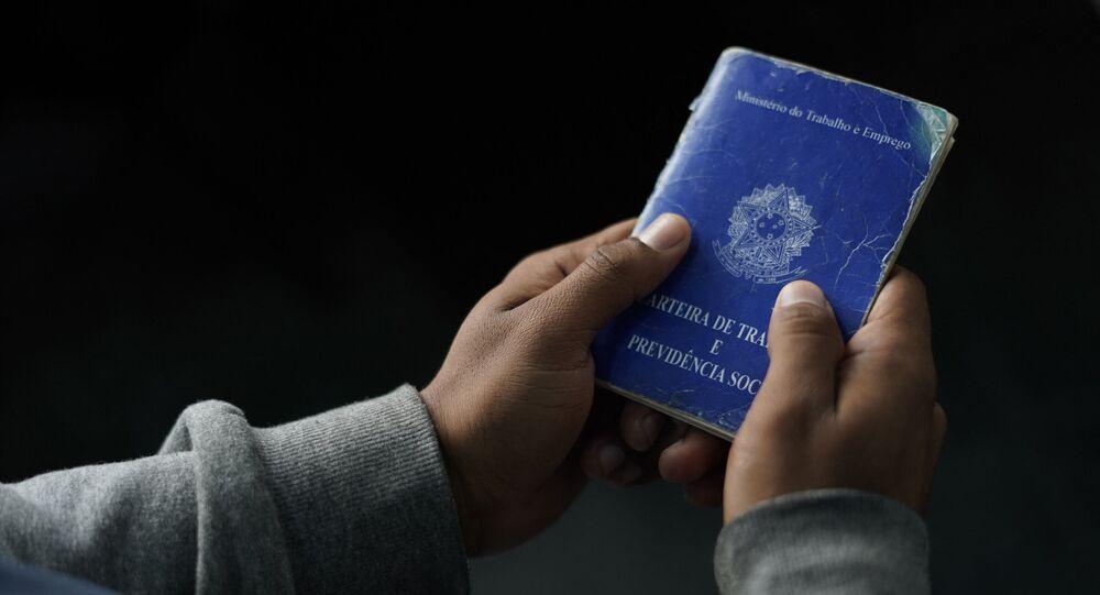Homem segura carteira de trabalho brasileira no Rio de Janeiro, Brasil. Foto de arquivo