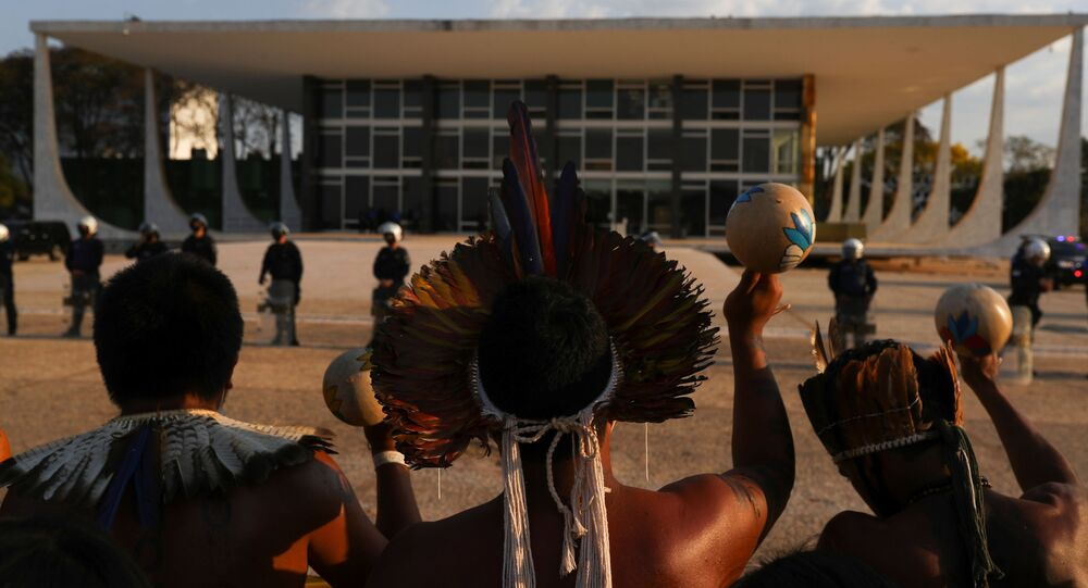 Indígenas participam de protesto no segundo dia de julgamento pelo Supremo Tribunal Federal sobre um caso histórico sobre direitos à terra indígena em Brasília, 26 de agosto de 2021