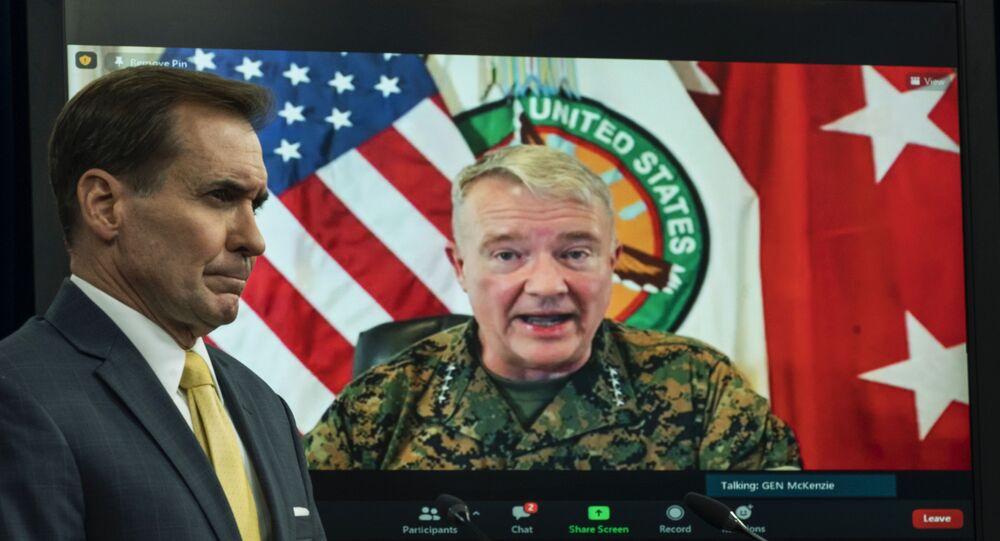 General Kenneth McKenzie fala da Base Aérea MacDill, em Tampa, Flórida, e aparece em tela durante reunião virtual moderada pelo porta-voz do Pentágono John Kirby, no Pentágono em Washington, em 30 de agosto de 2021