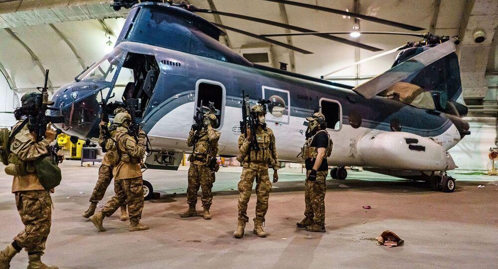 Militantes do Talibã no Aeroporto Internacional de Cabul, com armas, equipamentos e uniforme dos EUA