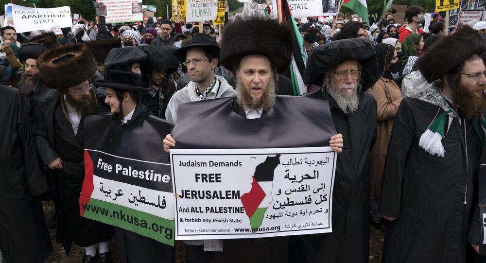 Membros de uma comunidade judaica juntam-se a apoiadores dos palestinos durante a manifestação da Marcha Nacional pela Palestina no Lincoln Memorial, em Washington, 29 de maio de 2021