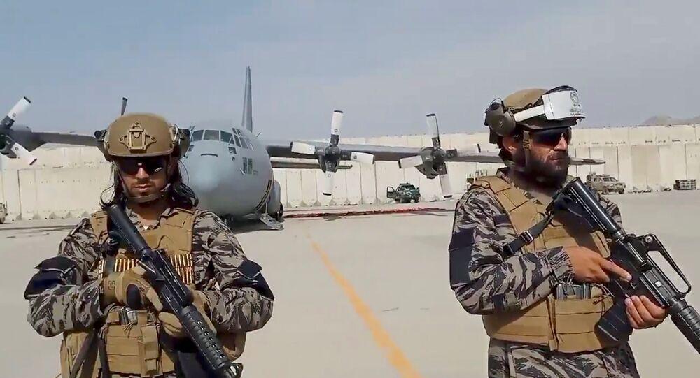 Membros da unidade militar Badri 313 fazem a segurança do Aeroporto de Cabul durante a presença do porta-voz do Talibã, Zabihullah Mujahid
