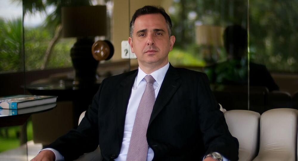 O presidente do Senado federal, senador Rodrigo Pacheco (DEM-MG), posa para fotos após entrevista, na residência oficial do Senado, em Brasília (DF), 20 de abril de 2021