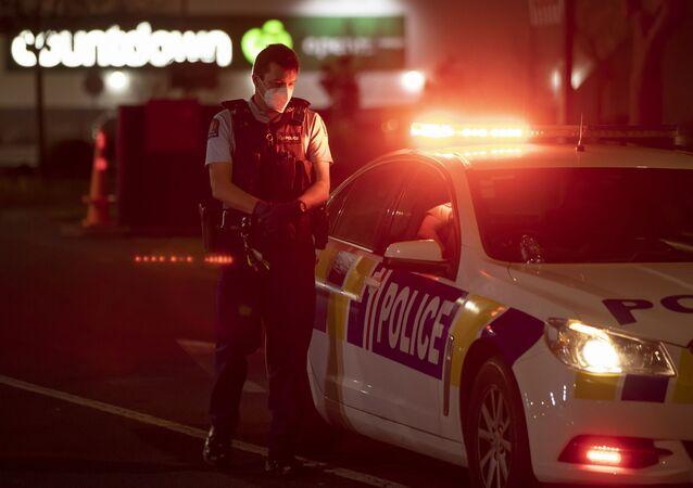 Policial no exterior do supermercado onde ocorreu o ataque a faca em Auckland, Nova Zelândia, 3 de setembro de 2021