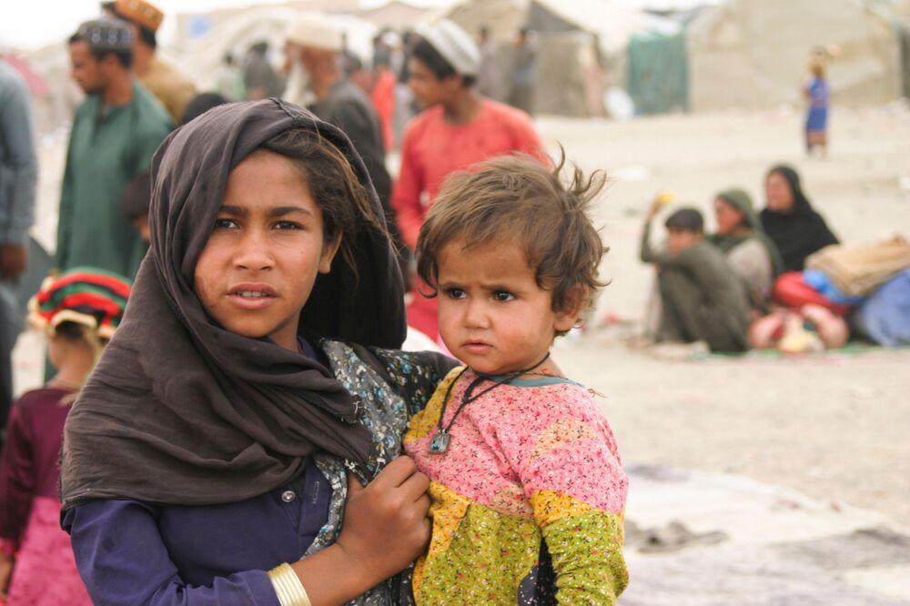 Refugiados chegados do Afeganistão com suas famílias, em tendas improvisadas perto da estação ferroviária em Chaman, Paquistão, 1º de setembro de 2021