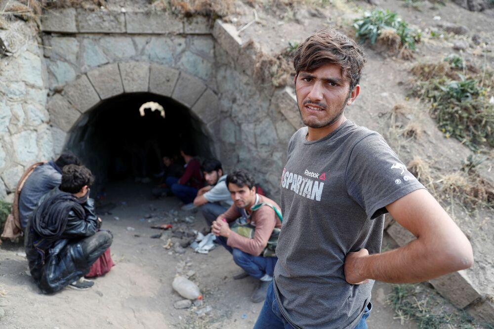 Imigrantes afegãos se escondem das forças de segurança em um túnel sob trilhos depois de fugirem ilegalmente do Irã para a Turquia, perto da província turca de Bitlis, 23 de agosto de 2021