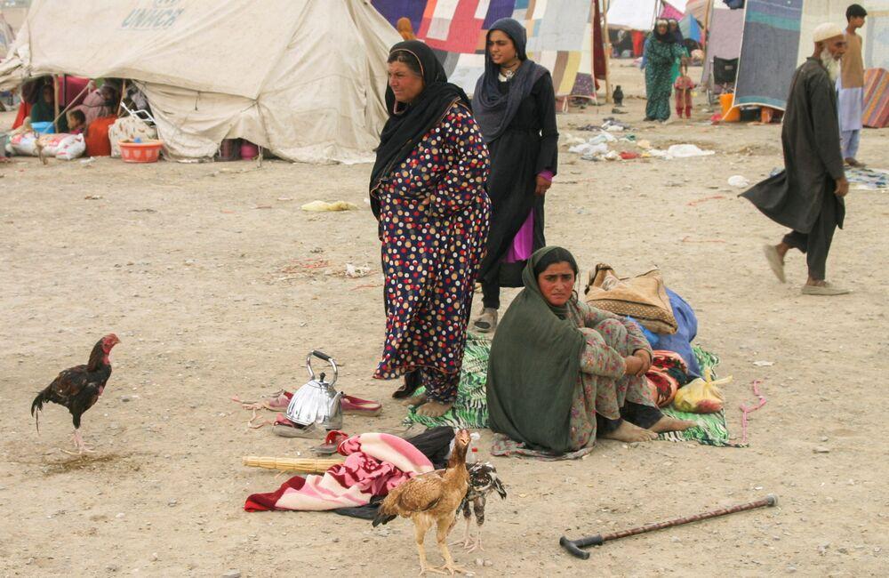 Pessoas que fugiram do Afeganistão com seus pertences, perto da estação ferroviária de Chaman, Paquistão, 1º de setembro de 2021