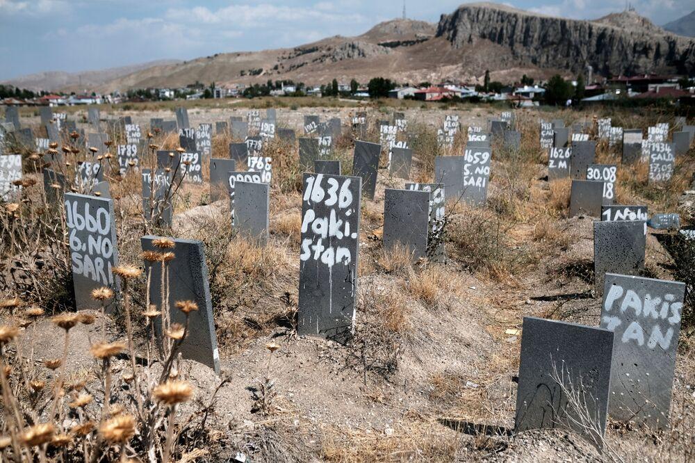 Cemitério da cidade fronteiriça turca de Van onde foram enterrados os imigrantes ilegais não identificados, mortos após terem atravessado a fronteira entre a Turquia e o Irã, Turquia, 24 de agosto de 2021