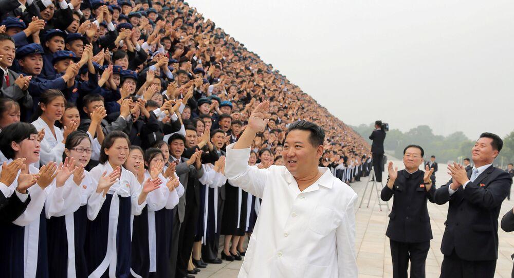 Líder norte-coreano Kim Jong-un saúda participantes das celebrações do Dia da Juventude, em Pyongyang, Coreia do Norte, 31 de agosto de 2021