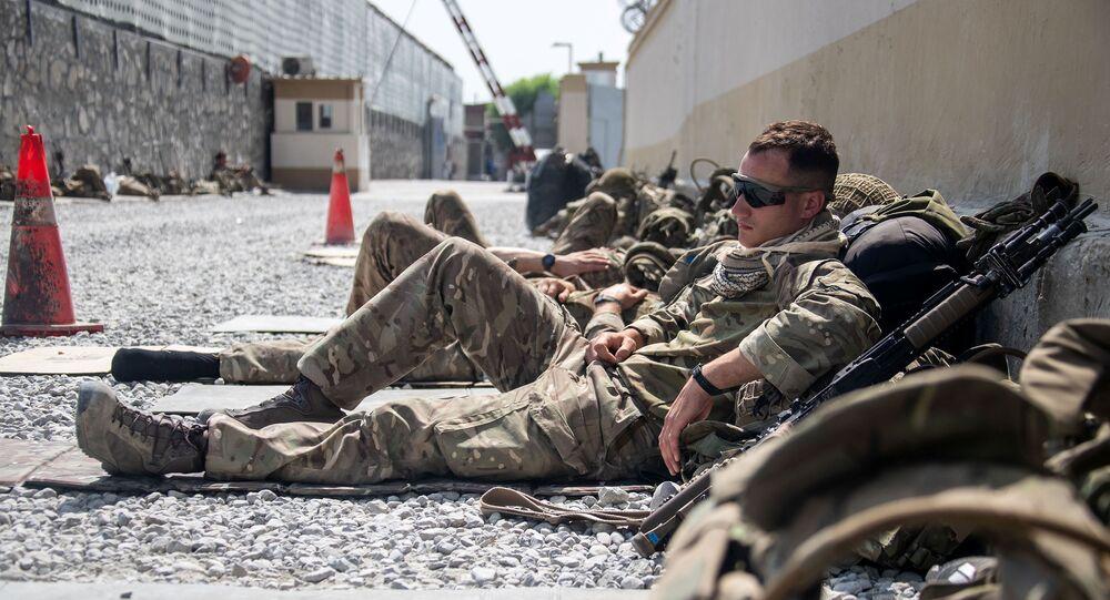 Membros das Forças Armadas do Reino Unido descansam enquanto continuam com a evacuação do pessoal autorizado do aeroporto internacional de Cabul, Afeganistão