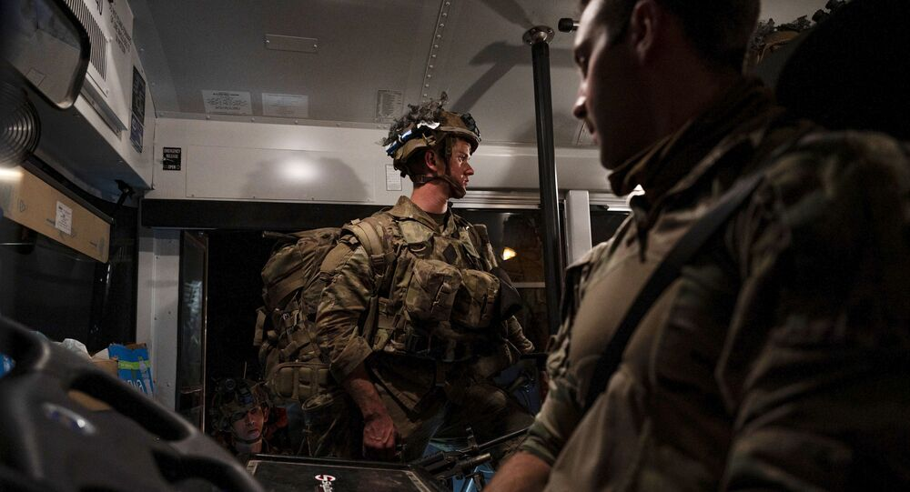 Em foto fornecida pela Força Aérea dos EUA, um soldado, designado para a 82ª Divisão Aerotransportada, embarca em um ônibus após pousar na Base Aérea Ali Al Saleem, Kuwait, 31 de agosto de 2021