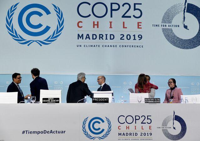 Delegados após sessão plenária de encerramento da Conferência das Nações Unidas sobre Mudanças Climáticas (COP-25) em Madri, Espanha, em 15 de dezembro de 2019.