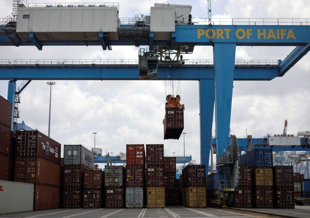 Um contêiner está sendo movido por um guindaste no porto de Haifa, Israel, em 8 de agosto de 2021