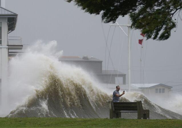 Homem fotografa forte ondulação no lago Pontchartrain durante aproximação do furacão Ida, Nova Orleans, EUA