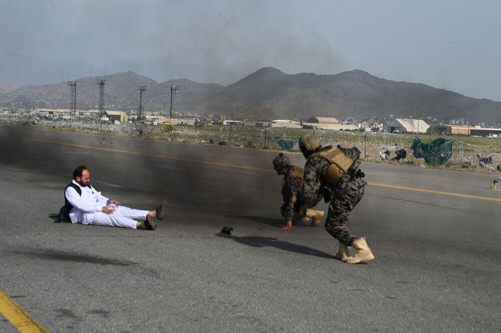 Combatentes das forças especiais Badri do movimento Talibã (organização terrorista proibida na Rússia e em vários outros países) e jornalista se levantam depois de caírem de um veículo no aeroporto de Cabul em 31 de agosto de 2021