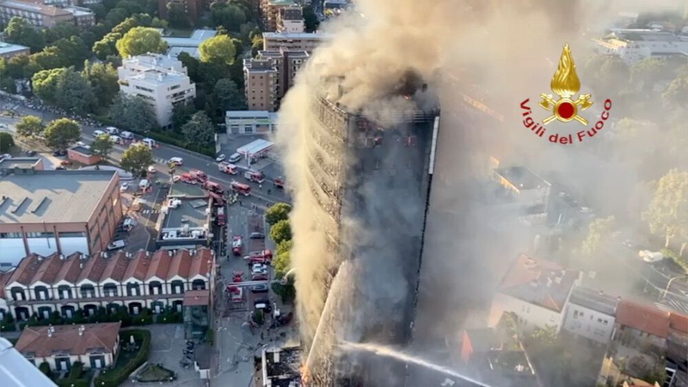 Um incêndio de grandes proporções consome um prédio de apartamentos em Milão, Itália