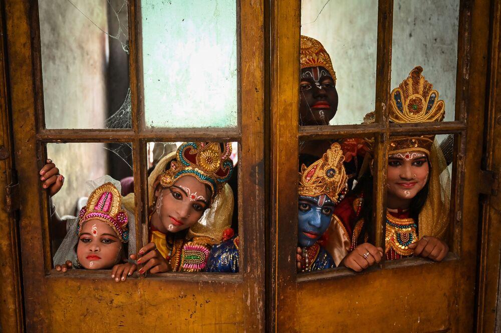 Artistas esperam para entrar em palco no âmbito do festival Janmashtami, dedicado ao nascimento de Krishna, Índia