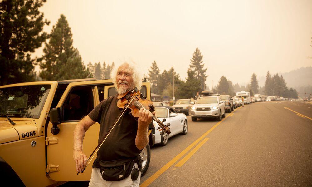 Mel Smothers toca violino no engarrafamento durante evacuação em uma rodovia da Califórnia