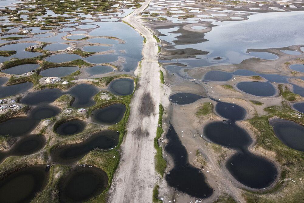 Vista área de uma estrada rodeada de minas de sal inundadas durante a temporada das chuvas no Senegal