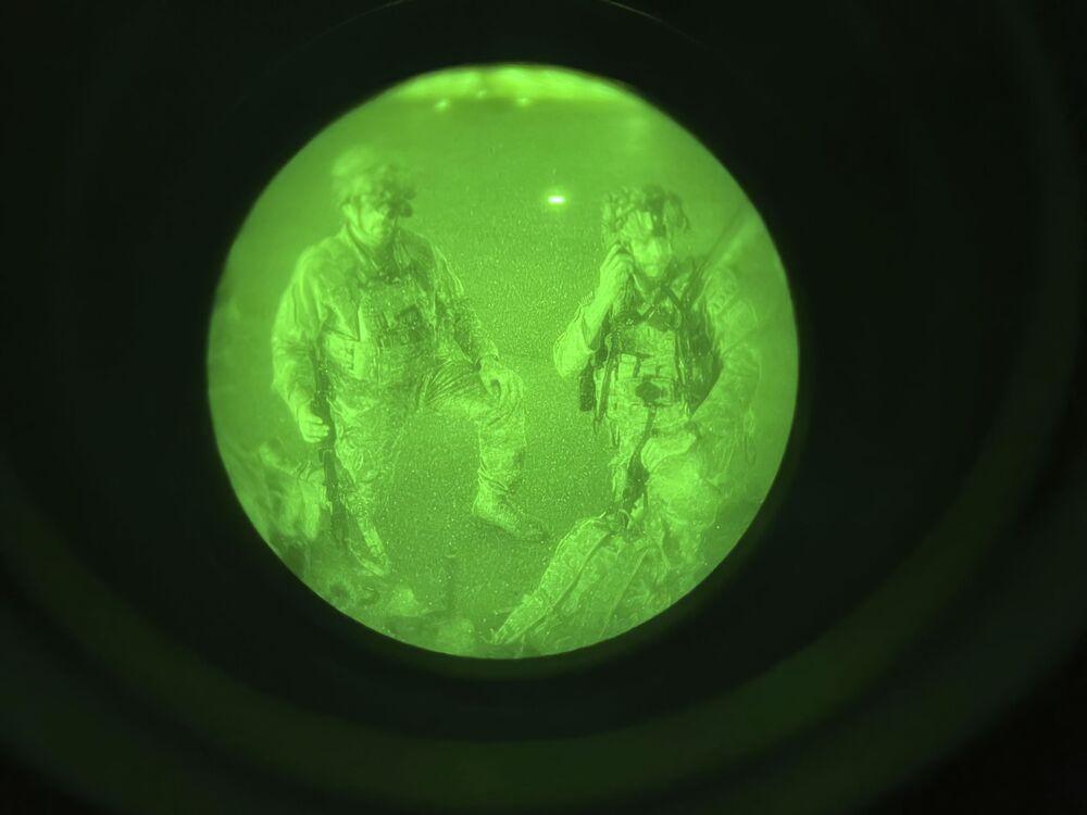 Militares dos EUA se preparam para embarcar no avião no aeroporto de Cabul