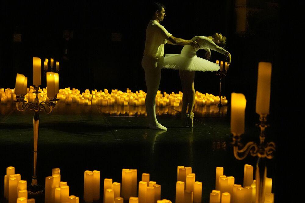 Artistas de balé executam dança O Quebra-Nozes durante um concerto no teatro Mogador em Paris, França