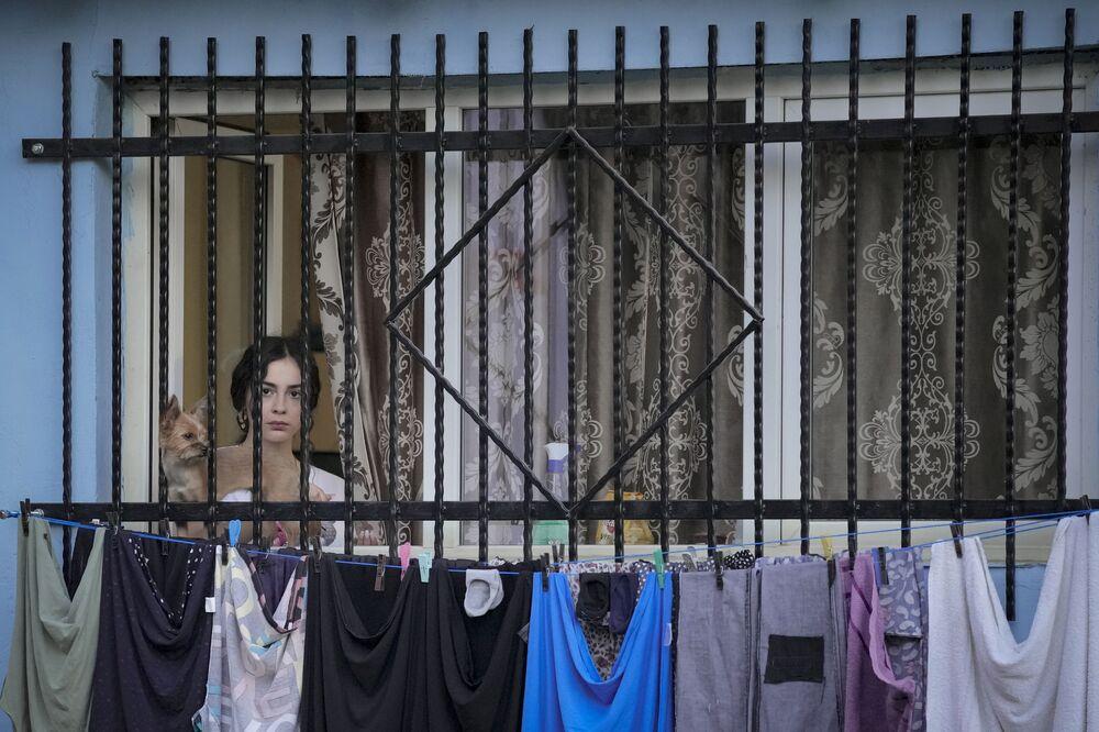 Moradora assiste a representação ao ar livre em Bucareste, Romênia