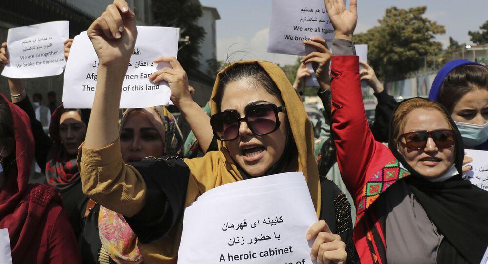 Mulheres se reúnem para exigir direitos após o Talibã (organização terrorista proibida na Rússia e em vários outros países) ter assumido o poder no país, durante protesto em Cabul, Afeganistão, 3 de setembro de 2021