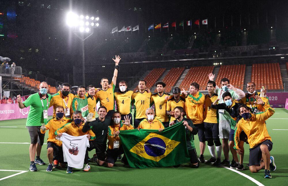 Jogadores do Brasil comemoram vitória na final de futebol de 5 nas Paralimpíadas contra a Argentina, 4 de setembro de 2021