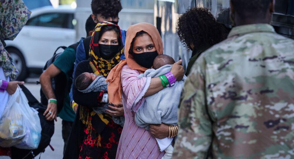 Refugiados afegãos chegam ao Aeroporto Internacional de Dulles, Dulles, Virgínia, EUA, 2 de setembro de 2021