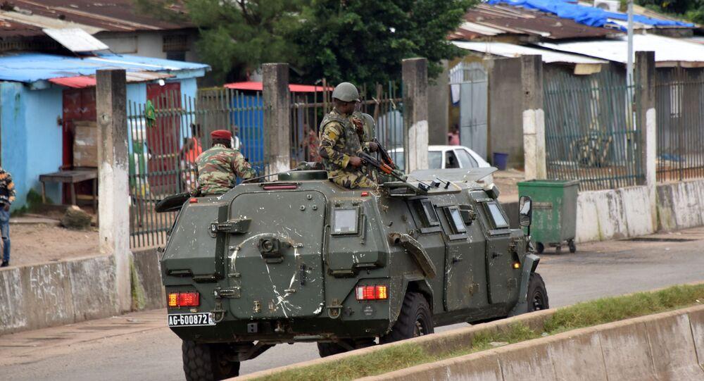 Membros das Forças Armadas da Guiné atravessam o bairro central de Kaloum, Conacri, Guiné, 5 de setembro de 2021