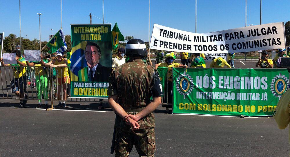 Apoiadores de Bolsonaro fazem protesto pedindo intervenção militar, em Brasília. Foto de arquivo