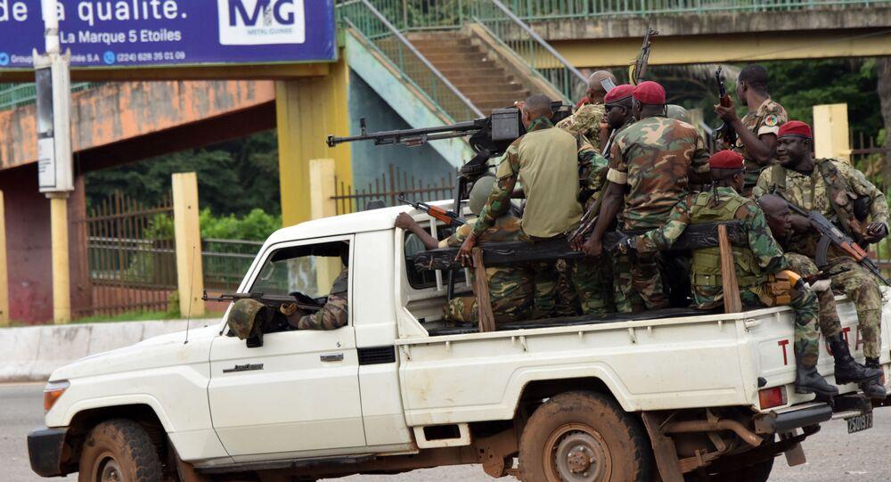 Membros das Forças Armadas de Guiné percorrem bairro central de Kaloum, em Conakry, em 5 de setembro de 2021