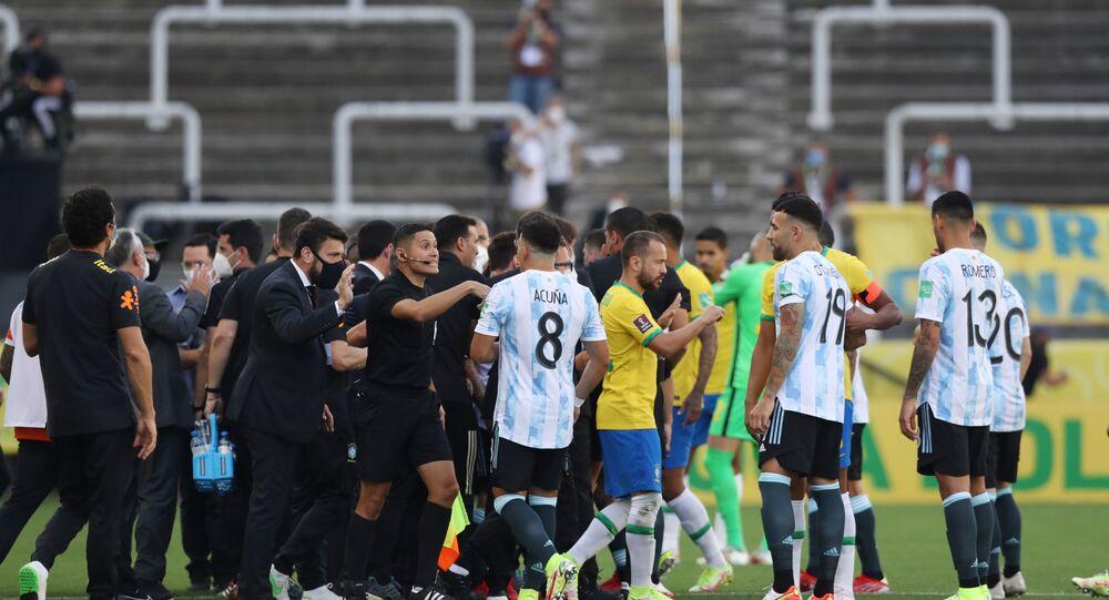 Jogadores e árbitros em meio à partida de futebol Brasil x Argentina de qualificação para a Copa do Mundo de 2022 interrompida na Arena Corinthians, São Paulo, Brasil, 5 de setembro de 2021