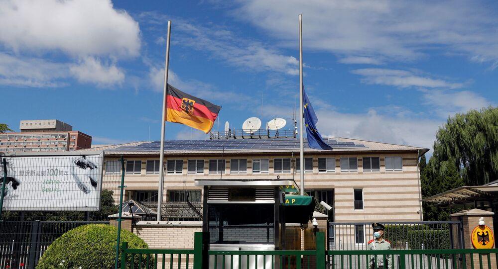 Bandeiras da Alemanha e da União Europeia colocadas a meia haste na embaixada alemã na China, 6 de setembro de 2021