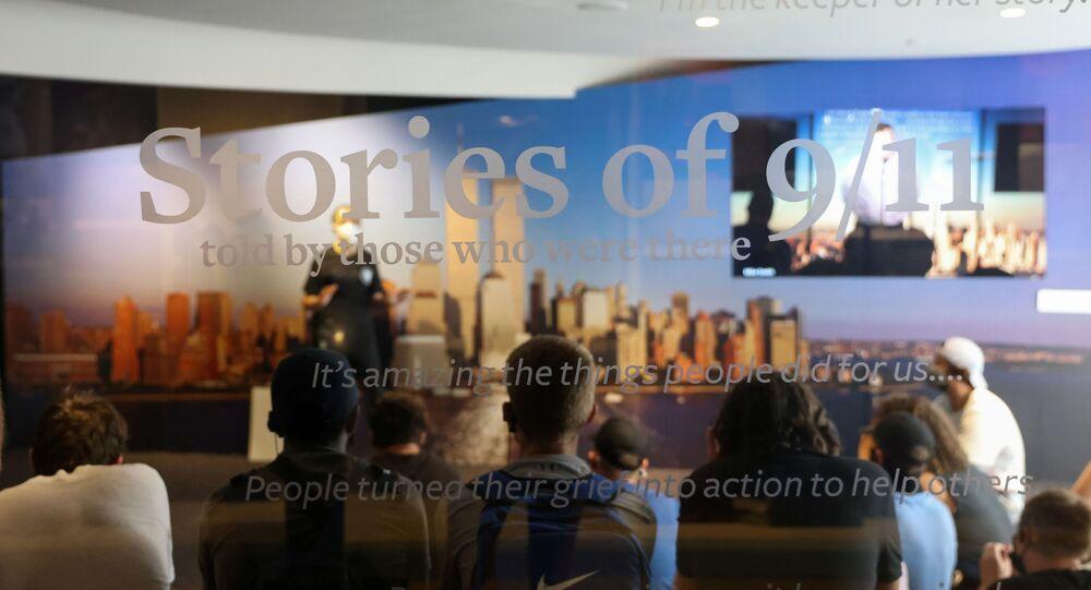 Estudantes ouvem docente compartilhando seu relato em primeira pessoa dos ataques de 11 de setembro de 2001 durante uma turnê no Museu de Tributo ao 11 de setembro de 2001 em Nova York, EUA, 26 de agosto de 2021
