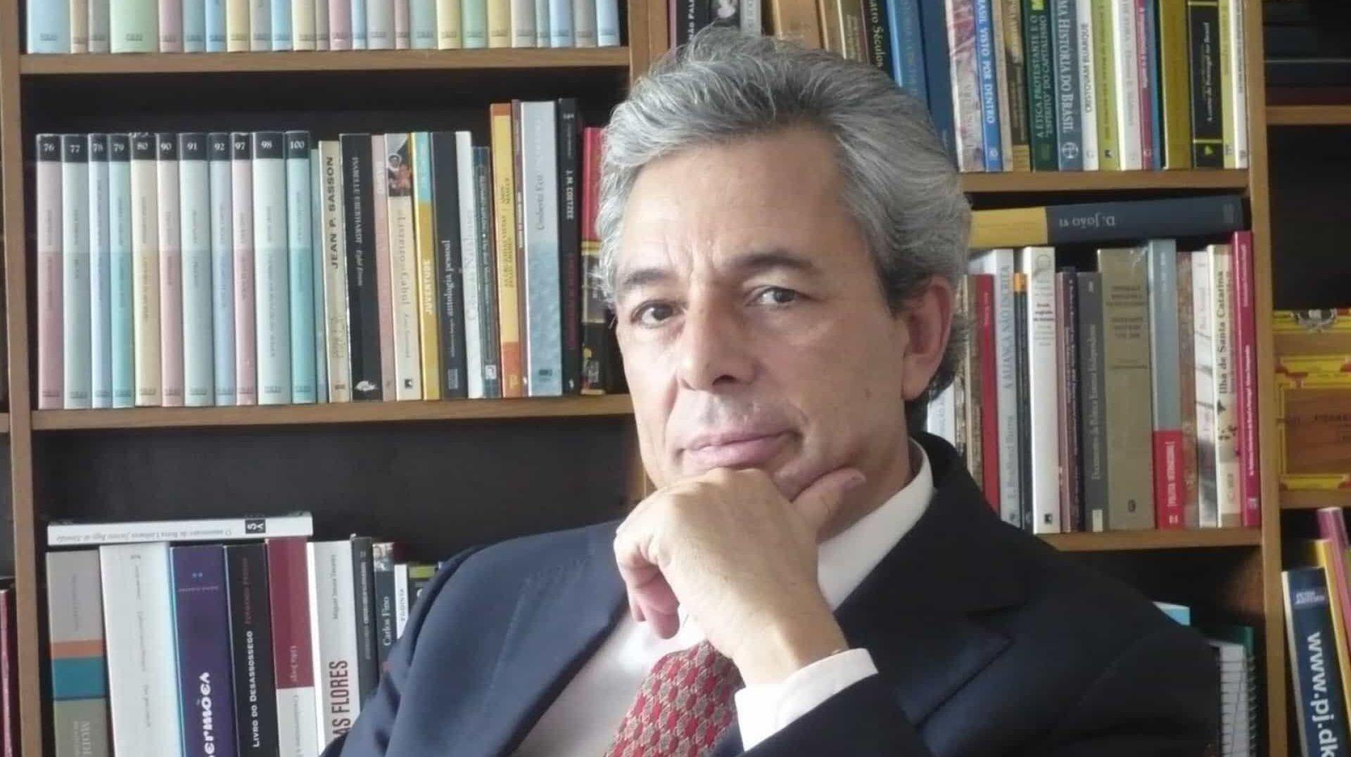 O jornalista português Carlos Fino, doutor em Ciências da Comunicação pelas universidades de Brasília e do Minho