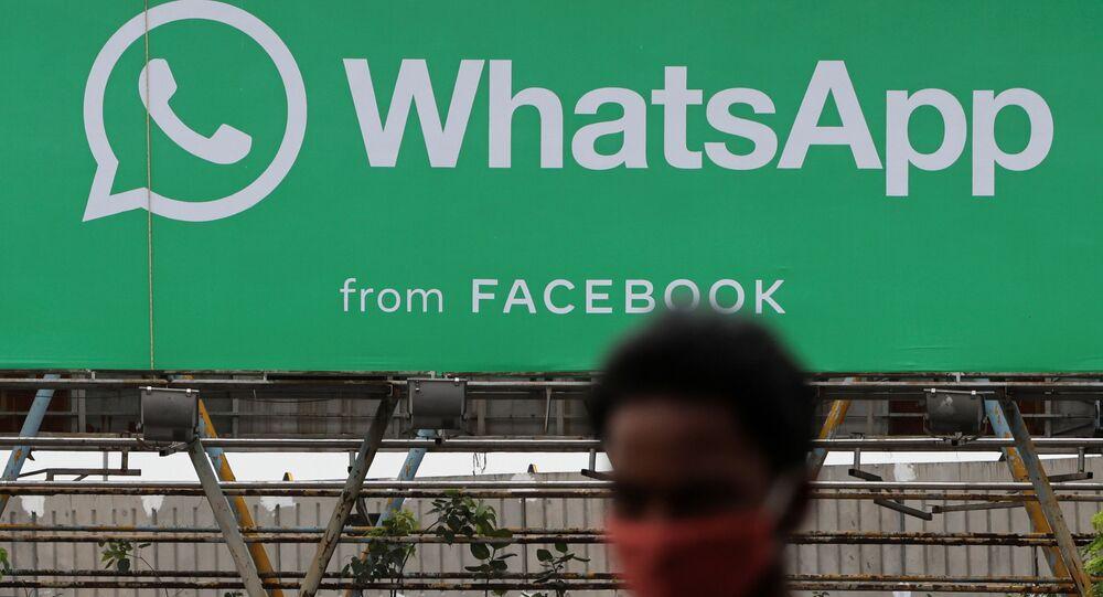 Homem passa por um cartaz do aplicativo WhatsApp em Mumbai, Índia, 26 de agosto de 2021