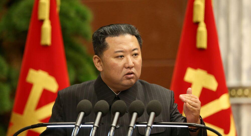 Líder norte-coreano Kim Jong-un durante a sessão do Bureau Político, 3 de setembro de 2021