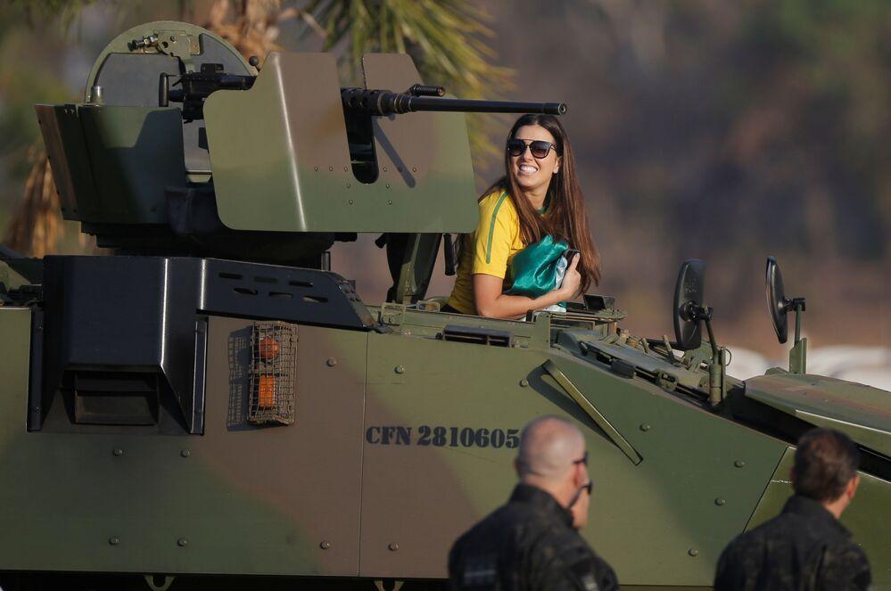 Manifestante subindo para veículo blindado durante parada comemorativa do Dia da Independência do Brasil, em 7 de setembro de 2021