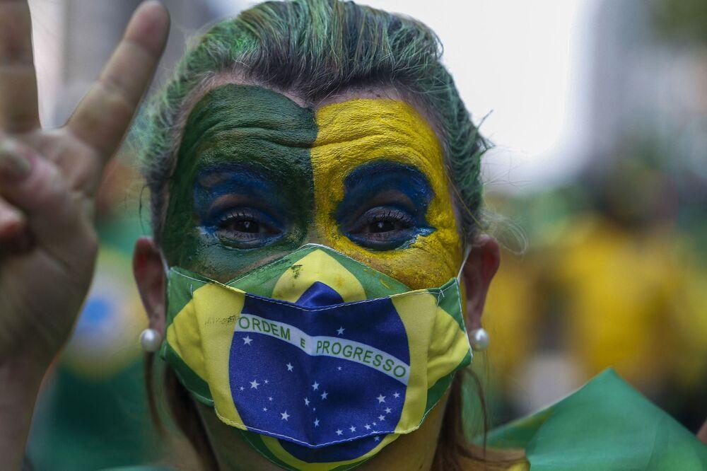 Mulher apoiadora de presidente brasileiro, Jair Bolsonaro, participa de manifestação pelo Dia da Independência do Brasil, em São Paulo, em 7 de setembro de 2021