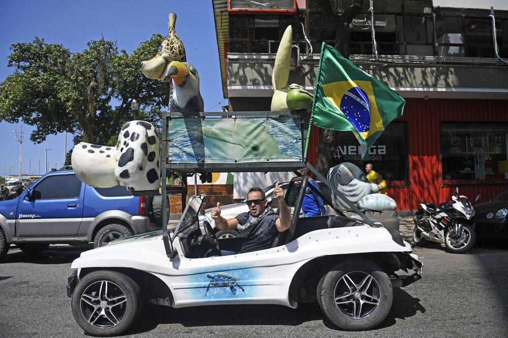 Homem celebra Dia da Independência do Brasil enquanto conduz seu carro, perto da praia em Copacabana, em 7 de setembro de 2021