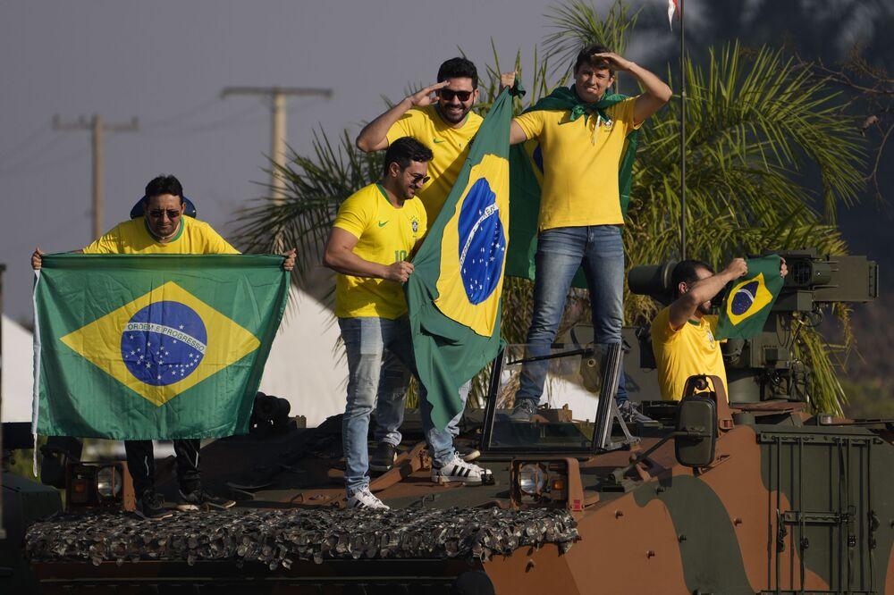 Manifestantes seguram bandeiras nacionais na capital brasileira de Brasília, no decorrer das celebrações pelo Dia da Independência, em 7 de setembro de 2021