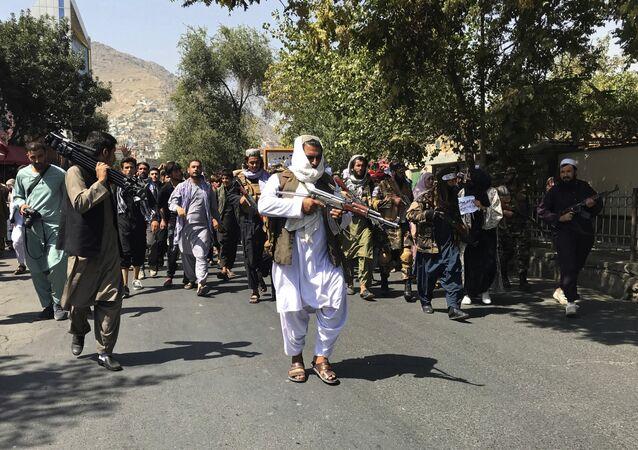 Soldados do Talibã durante manifestação contra os paquistaneses perto da embaixada do Paquistão em Cabul, Afeganistão, 7 de setembro de 2021