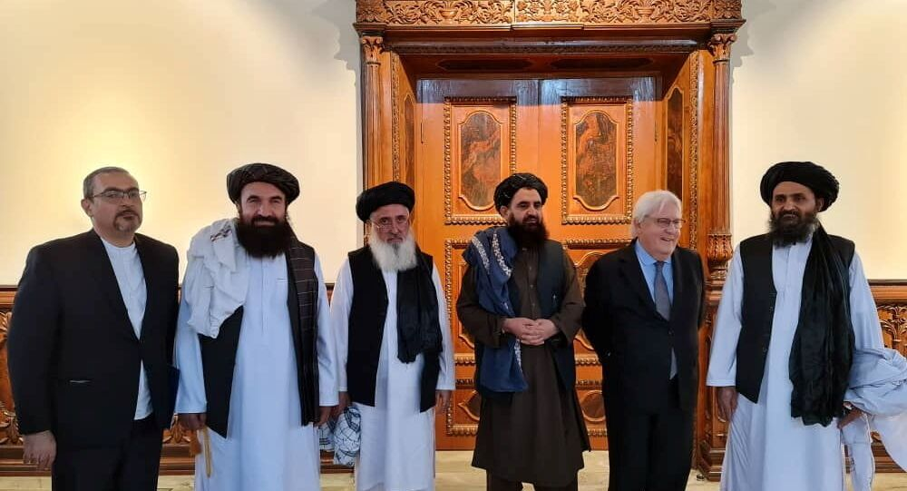 Mullah Abdul Ghani Baradar do Talibã durante encontro com o subsecretário-geral das Nações Unidas para os Assuntos Humanitários e coordenador da Ajuda de Emergência, Martin Griffiths, Cabul, 5 de setembro de 2021